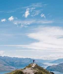 personne seule sur une montagne