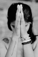 Mains en namaste. Croire ou prier pour que le meilleur vienne